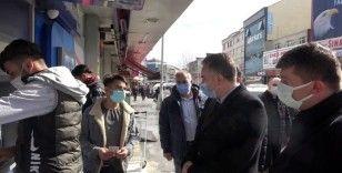 Arnavutköy'de ilçe kaymakamı vatandaşlara tek tek izin belgesi sordu
