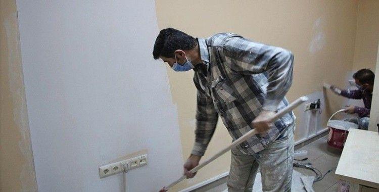 Diyarbakırlı iki usta sağlık çalışanlarına destek için Karlıova Devlet Hastanesini ücretsiz boyadı