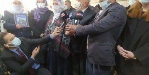 HAK-İŞ'ten HDP önünde evlat nöbeti tutan ailelere destek ziyareti