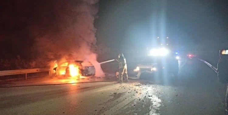 Bursa'da polisten kaçan şüphelileri kenti birbirine kattı, ekip aracına ve bariyerlere çarpan araç alev aldı