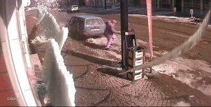 Çatıdan düşen buz kütlesinin altında kalmaktan son anda kurtuldu