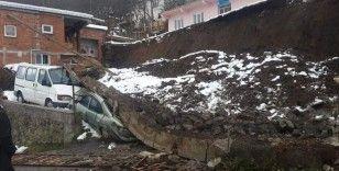 Ordu'da istinat duvarı çöktü, araçlar altında kaldı