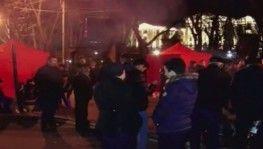 Protestocular Başbakan Paşinyan'ın istifasını bekledi