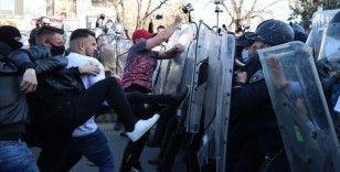 Kuzey Makedonya'da 'Monstrum' davasının kararını protesto edenlerle polis arasında arbede yaşandı