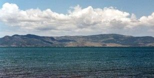 Yunanistan Midilli'deki 13 kişilik Afgan aileyi zorla bota bindirip Türkiye'ye geri itti