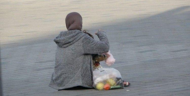 Taksim Meydanı'nda sokağa çıkma kısıtlamasına aldırmadan dilencilik