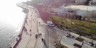 Caddebostan'da kalabalık havadan görüntülenirken bir kişinin gaz maskesi ile dolaşması dikkat çekti