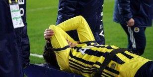 Mesut Özil sahayı sedyeyle terk etti