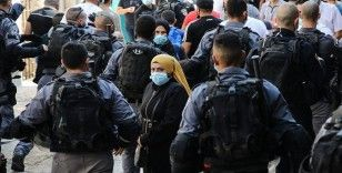 İsrail polisi Batı Şeria'dan gelen onlarca Filistinliyi Mescid-i Aksa'nın kapılarından geri çevirdi
