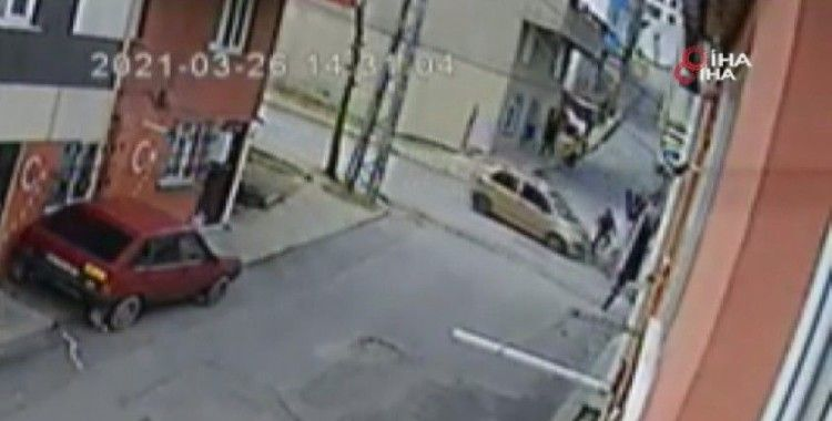 Arnavutköy'de bisiklet süren çocuğa araba çarpma anı kamerada