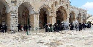 Onlarca fanatik Yahudi Mescid-i Aksa'ya baskın düzenledi