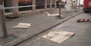 Zeytinburnu'nda çatıda yangın çıkaran kadın eşyaları sokağa attı