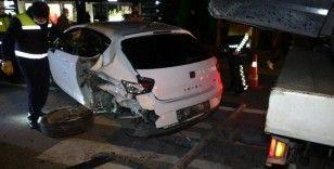 Kadıköy'de kontrolden çıkan lüks otomobil faciaya davetiye çıkardı: 3 yaralı
