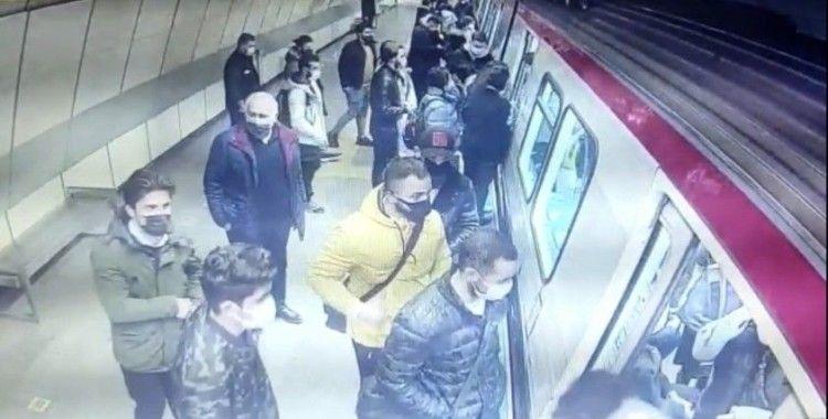 """İstanbul'da hırsızlık için çocukları kullanan """"toplu taşıma çetesi"""" çökertildi"""