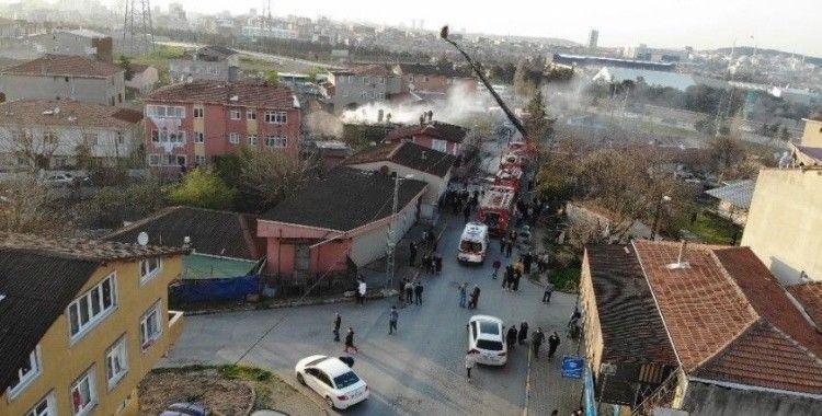 Ataşehir'de çatıları saran alevler, mahalleliyi sokağa döktü