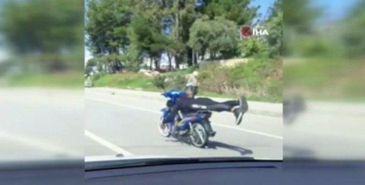 Motosikleti tek elle, yatarak kullandı!