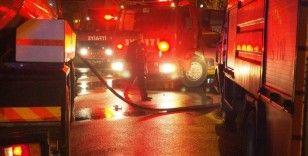 Çatı yangını apartmandakileri sokağa döktü