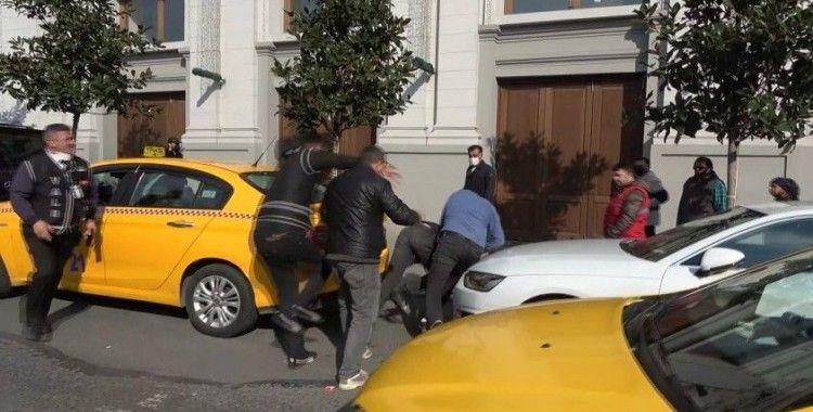 Taksim'de valelerle sokakta kalan gencin kavgası kamerada