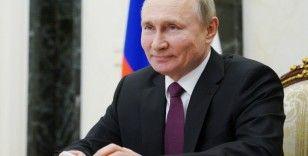 Putin, yeniden Devlet Başkanı adayı olabilmesinin önünü açan yasayı onayladı