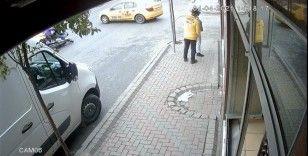İstanbul'da feci kaza: Motosikletli taksinin altına girdi