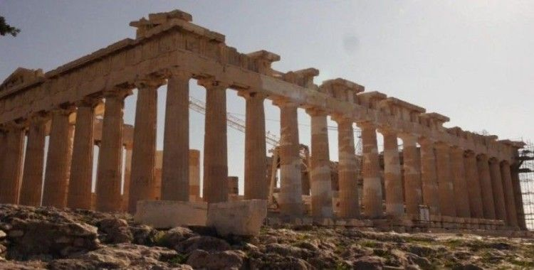Yunanistan turistlerin dönüşünü bekliyor