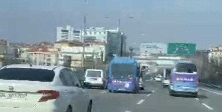 Kadıköy'de yolcu minibüsünün makas terörü kamerada