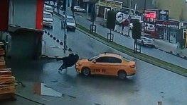 Ticari taksinin iki kıza çarptığı feci anlar kamerada