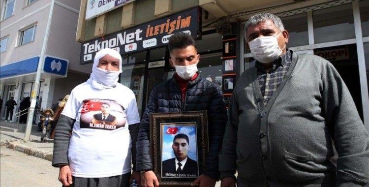 Muş'ta çocukları dağa kaçırılan 2 aile, HDP binası önünde oturma eylemi yaptı