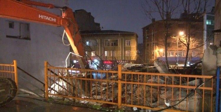Kağıthane'de çöken metruk bina kontrollü şekilde yıkıldı