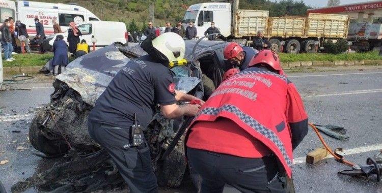Panelvan ile otomobil kafa kafaya çarpıştı: 2'si çocuk 6 yaralı