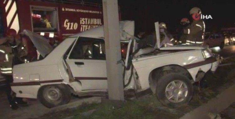 İstanbul'da feci kaza: Direğe ok gibi saplanan araçtan sağ çıktı