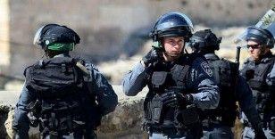 İsrail askerleri, Filistinli babayı çocuklarının gözleri önünde darp etti