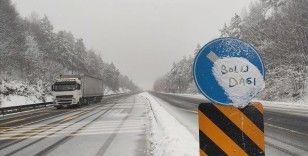Anadolu Otoyolu ile D-100 kara yolunun Bolu Dağı kesiminde kar etkili oluyor