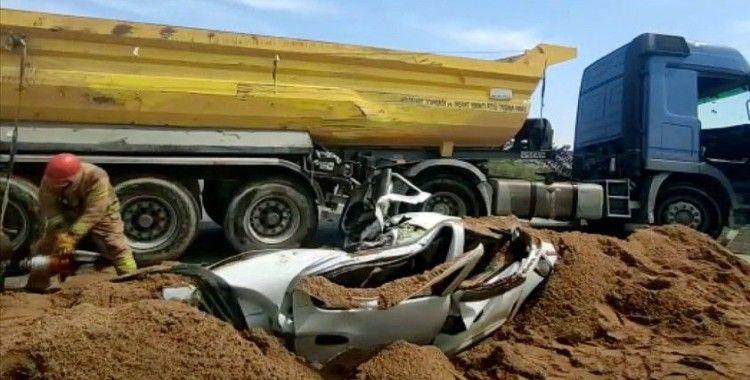 Üzerine kum yüklü kamyon devrilen otomobilin içindeki sürücü hayatını kaybetti
