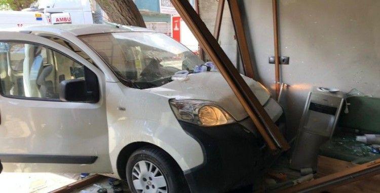 İzmir'de araç berber dükkanına daldı, faciadan dönüldü: 2 yaralı