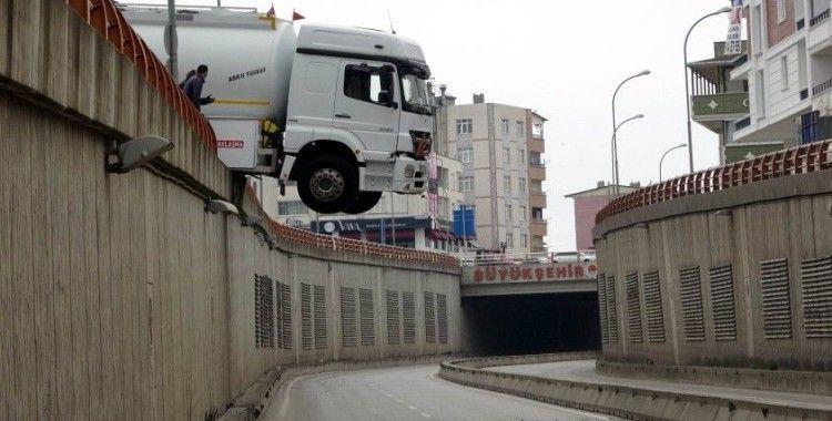 Samsun'da park halindeyken hareket eden tanker geçidin üzerinde asılı kaldı
