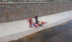 Dereye düşen çocuğu itfaiye ekipleri kurtardı