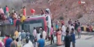 Hindistan'da işçileri taşıyan otobüs devrildi: 2 ölü