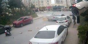 Başakşehir'de kurye ile otomobil çarpıştığı anlar kamerada