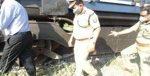 Hindistan'da yolcu treni kamyona çarptı: en az 5 ölü