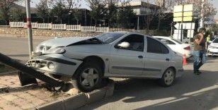 İki araç çarpıştı, biri tabelayı devirdi: 2 yaralı
