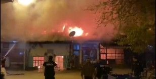Çorum'da korkutan yangın: 4 dükkan yandı, 3'ü zarar gördü