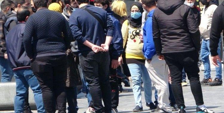 Taksim'de turistler ile satıcılar arasında tekmeli yumruklu kavga