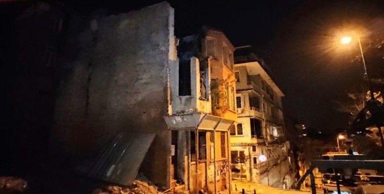 Beşiktaş'ta kullanılmayan iki katlı binada çökme meydana geldi