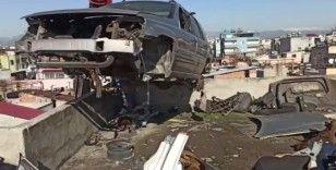 Çaldıkları araçları apartmanın çatı katında parçalamışlar