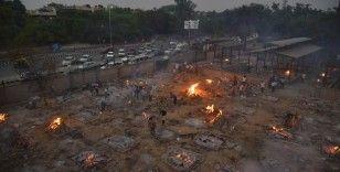 Koronadan ölenler toplu olarak boş arazilerde yakılmaya devam ediyor