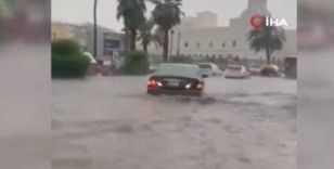 Suudi Arabistan'da sele yakalanan insanlar dakikalarca sürüklendi