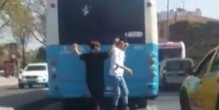 Eminönü'nde patenli çocukların tehlikeli yolculuğu kamerada