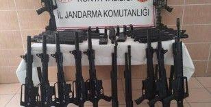 Konya'da jandarmadan kaçmak isteyen araçta ruhsatsız 45 tüfek ele geçirildi