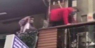 Polisi görünce kafenin balkonundan yan balkona böyle kaçtılar